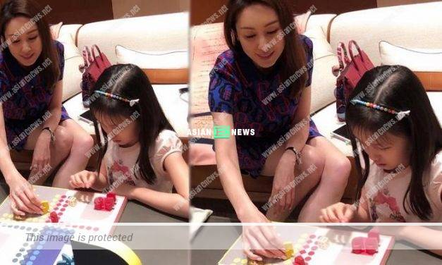 Kenix Kwok and her daughter play games together: It is a happy afternoon