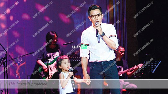 Hawick Lau kissed his daughter when singing together on the stage