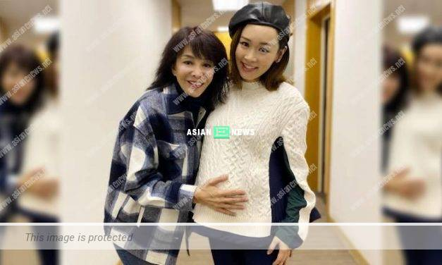 Carol Cheng touched Shirley Yeung's belly: Stay happy forever