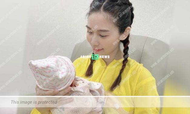 Vivien Yeo shows her motherly love when carrying her daughter