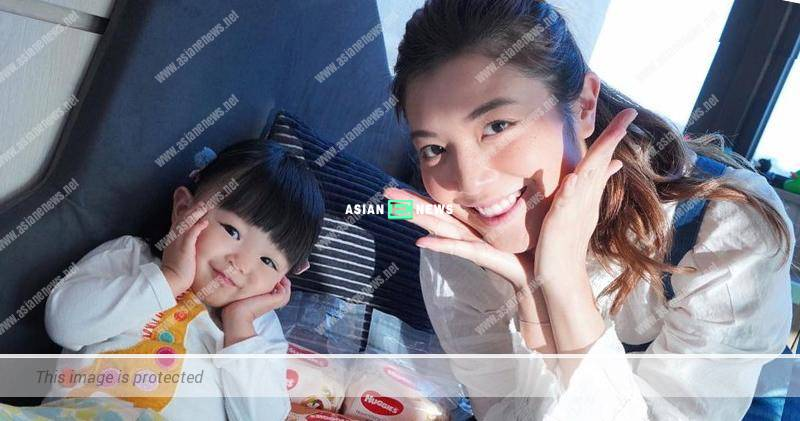 Phoebe Sin and her daughter advertise wet tissues together